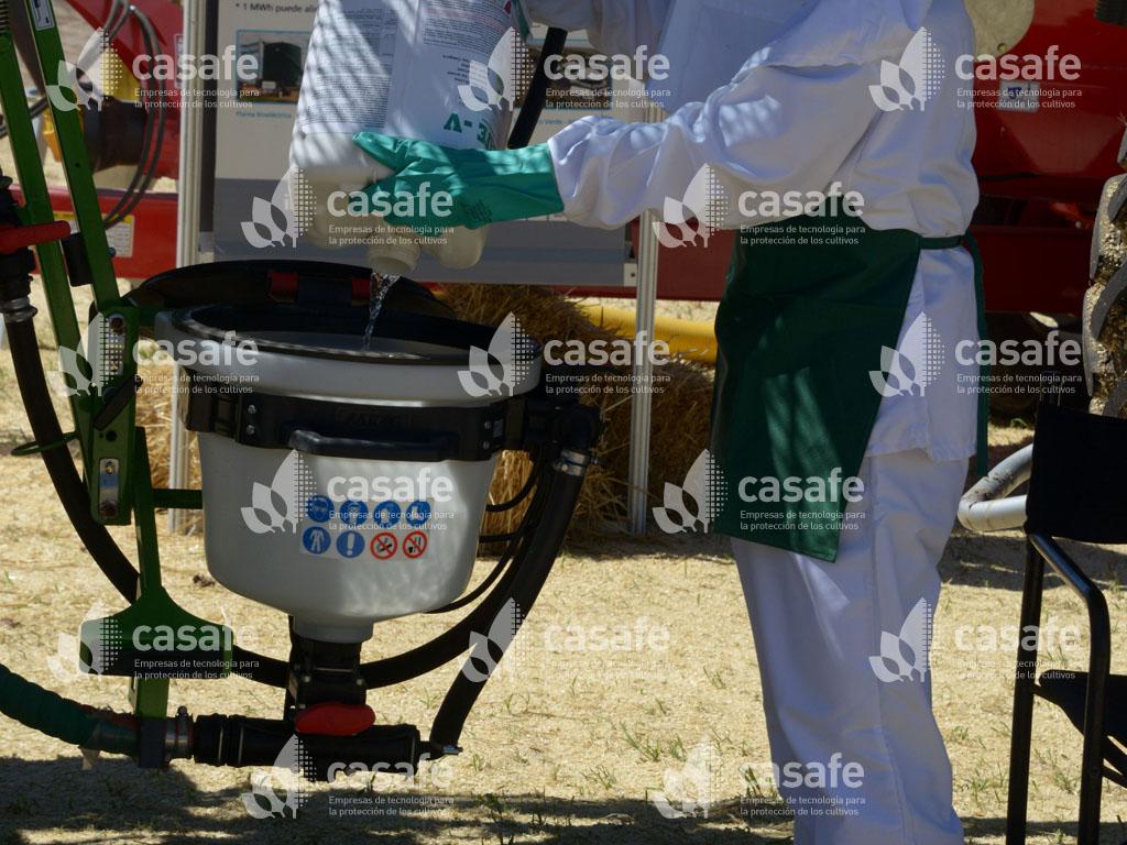 Paso 3 de triple lavado de envases vacios de agroquimicos